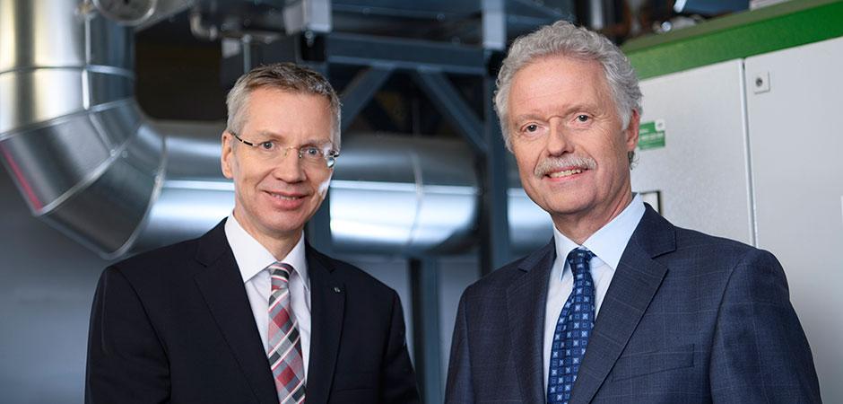 EvK: Jörg Moltrecht und Heinz-Werner Bitter vor dem Blockheizkraftwerk am Standort Herne